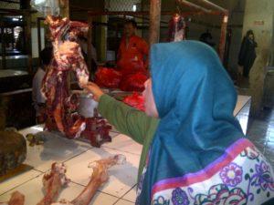 Salah satu pedangang dading sapi di Pasar Semi Induk Pondok Gede, Bekasi, Senin (30/5/2016)/NUSANTARANEWS.CO/Ahmad Cinde