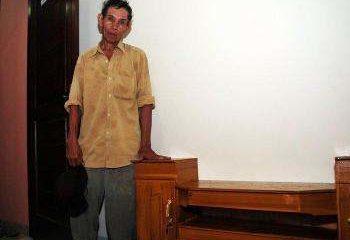 Tahun Baru, Pak Tua Penjaja Lemari dan Harapan (Ilustrasi). Foto: NusantaraNews.co