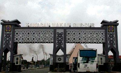 Melirik potensi wisata ziarah. Ziarah sendiri telah ada sebelum kedatangan agama-agama ke Nusantara. Ilustrasi wisata ziarah ke Makam Gus Dur.