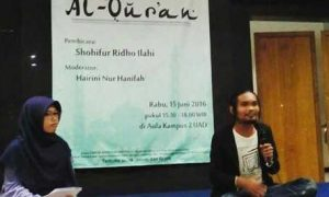 Sepasang pembicara (Kanan) dan moderator (Kiri) dalam acara sastra di aula UAD 2/Nusantaranews /Istimewa
