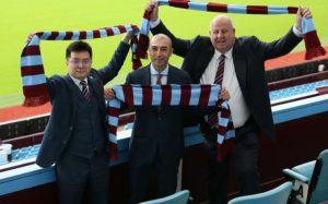Manajer Aston Villa Roberto Di Matteo (tengah), pemilik klub Dr Tony Xia (kiri) dan chief executive Keith Wyness (kanan)/REX FEATURES