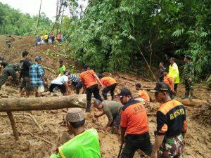 Evakuasi korban tanah longsor di Dusun Caok Desa Karangrejo Kec Loano Kab. Purworejo. Ada 5 korban tertimbun/Foto: Istimewa