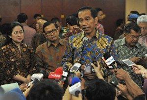 Presiden Jokowi didampingi Wapres, Menko PMK, dan Seskab, menjawab wartawan di Gedung Dhanapala, Jakarta, Selasa (7/6/2016)/Foto via Setkab/ Rahmad/Humas