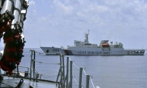 Kapal patroli China melintas di dekat KRI Imam Bonjol yang hendak menangkap kapal nelayan berbendera China, Han Tan Cou, yang memasuki perairan Natuna dan terdeteksi menebar jaring.(Antara)