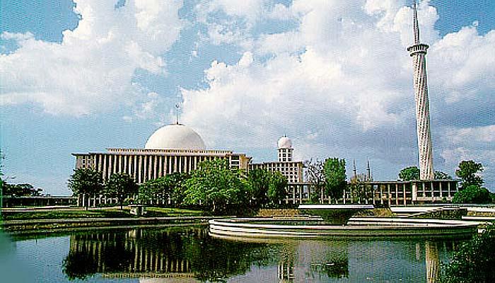 Menikmati indahnya berpuasa dengan berwisata religi di Jakarta. Masjid Istiqlal adalah masjid negara Republik Indonesia yang terletak di pusat ibukota Jakarta. Masjid Istiqlal merupakan masjid terbesar di Asia Tenggara/Foto via belajar.kemdikbud.go.id
