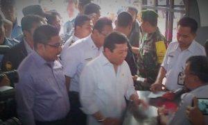 Menteri Rizal Ramli dan Menteri Jonan lepas pemudik di Stasiun Pasar Senen/Foto NUSANTARANEWS