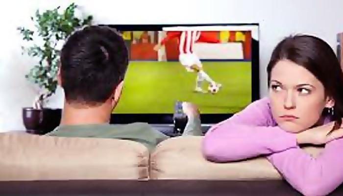 4 tips supaya tidak jenuh melihat pasangan Anda nonton bola.