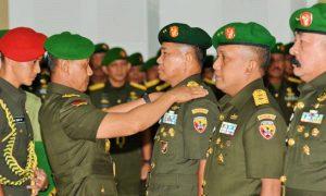 Kepala Staf Angkatan Darat (Kasad) Jenderal TNI Mulyono pimpin serahterima jabatan (sertijab) Pangdam IX/Udayana dari Mayjen TNI Setyo Sularso kepada Mayjen TNI Kustanto Widiatmoko, M.D.A. dan Asisten Teritorial (Aster) Kasad dari Mayjen TNI Kustanto Widiatmoko, M.D.A., kepada Brigjen TNI Komaruddin Simanjuntak, S.I.P.,M.Si. Bertempat di Mabesad, Jakarta, Rabu (4/5/2016)/nusantaranews/Foto dok. tniad