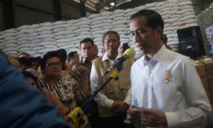 Jokowi saat memberikan keterangan pers di gudang Bulog Kota Cimahi Jawa Barat/Foto via Laraspostonline