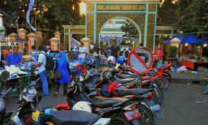 Salah satu area parkir motor diantara pedagang di masjid sunda kelapa/Foto: Achmad/Nusantaranews