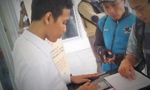 petugas customer service mobile di stasuin pasar senen/Foto NUSANTARANEWS