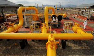 Teknisi Pemeliharaan Fasilitas sedang melakukan pemeriksaan dan perawatan rutin pada pipa distribusi gas di Stasiun Transmisi Bojonegara milik PT Perusahaan Gas Negara (PGN) Tbk di Bojonegara, Banten, Kamis (27/10)/Foto MI/Angga Yuniar