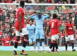 "Balotelli memperkenalkan kalimat terkenal ""Why Always With Me?"" di kaosnya ketika Derby Manchester/Foto via Squawka"