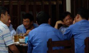 Sejumlah tenaga kerja asing saat beristirahat di Proyek Pembangkit Listrik Celukan Bawang/Foto via Tempo/Bram Setiawan