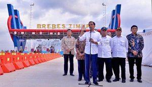 Presiden Joko Widodo meninjau gerbang tol Brebes Timur, Brebes, Jawa Tengah.