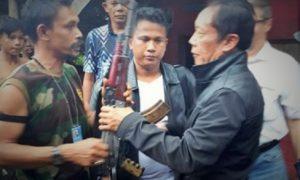 Dokumentasi Din Minimi saat menyerah pada Kepala BIN Sutiyoso/Foto Nusantaranews