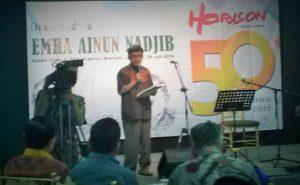 Jamal D. Rahman saat menunjukkan Majalah Sastra Horison edisi perdana dan edisi terakhir/Foto Selendang/Nusantaranews