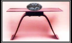 Latar ilustrasi: Foto Meja yang terbuat dari kayu eboni dan sedikit bahan sejenis tembaga didesain Jacques Émile Ruhlmann sekitar tahun 1931 pada era art deco/Ilustrasi SelArt/Nusantaranews