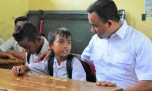 Mendikbud Anis Baswedan ajak bicara salah satu peserta didik sekolah dasar/Foto Nusantaranews via liputan6