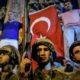 Tiga tentara Turki terlihat berjaga-jaga ketika warga sipil bereaksi terhadap upaya kudeta terhadap Presiden Erdogan/Foto AFP