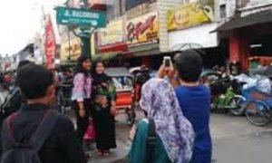 wisatawan foto bersama di jalan malioboro/Foto nusantaranews
