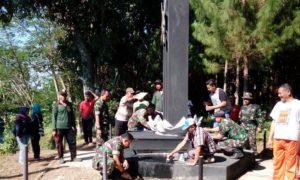 Ramil 0824/26 Jelbuk Bersihkan Monumen Mastrip Menyambut HUT RI Ke 71/Foto nusantaranews (sis24)