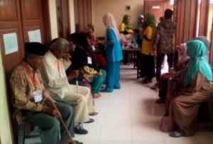 Peserta Operasi Katarak Gratis (OKG) yang digelar TPK IASMA di aula SMA Negeri 1 Bukittinggi/Foto via MinangTerkini