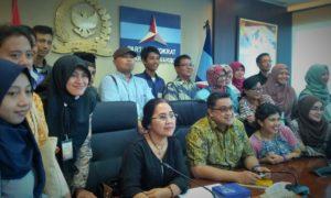 Foto bersama kelompok 3 bersama Kang Dede dan mba Eva di ruang rapat Komisi IX DPR RI (Fraksi Partai Demokrat)/Foto nusantaranews/Sule