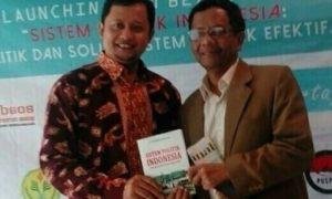 Mahfudz Md dan penulis buku usai acara peluncuran/Foto nusantaranews (Istimewa)