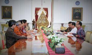 Foto caption: Pertemuan perdana antara KPU RI di bawah kepemimpinan Juri Ardiantoro dengan Presiden RI, Joko Widodo di Istana Merdeka, Jakarta. Pertemuan itu dihadiri juga oleh Mendagri, Tjahyo Kumolo serta Mensesneg, Pratikno, Skpu/Foto nusantaranews via KPU