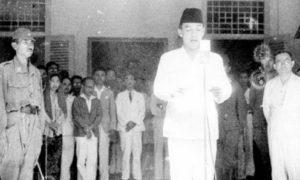 Presiden Soekarno saat membaca teks Proklamasi 17 Agustus 1945/Foto Istimewa