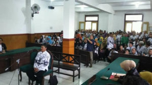 Sidang Samhudi, guru SMP Raden Rachmat di Dusun Serbo, Desa Bogempinggir, Kecamatan Balongbeno, Sidoarjo/Foto via mobile.passionmagz.com