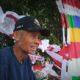Tata (72) Penjual bendera di di Jalan Raya Bekasi, Jakarta Timur/Foto nusantaranews via poskotanews