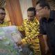 Tim Mata Harimau Menyerahkan Fakta Perusakan Hutan Kepada Pemerintah (Yuyun Idradi, tengah)/Foto via greenpeace