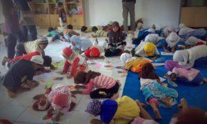 Anak-anak Rumah Baca menggambar bersama (Kelompok Perempuan)/Foto nusantaranews/Dok. R.B. Bintang Alkhlas
