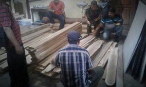 Petugas melakukan pemeriksaan barang bukti kasus ilegal logging di Desa/Kecamatan Pulung, Kabupaten Ponorogo/Foto nusantaranews/Muh