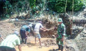 Babinsa Darungan Ramil 0824/16 Tanggul Cek Pembangunan Irigasi/Foto nusantaranews/Sis24