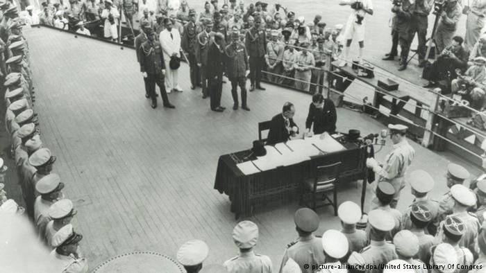 Hasil gambar untuk Perjanjian perdamaian di atas kapal Missouri 2 September 1945: