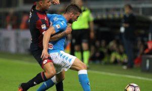 Pemain Napoli Berjibaku dengan pemain Genoa/Foto istimewa