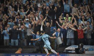 Selebrasi Aguero bersama fans The Citizen usai cetak gol ke gawang Borrusia Munchengladbach/Foto istimewa