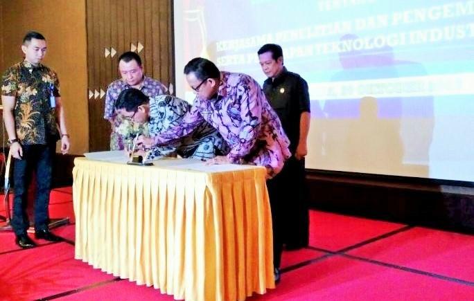 Haris Munandar dan Bupati Muara Enim Muzakir Sai Sohar menandatangani MoU/Foto: Dok. Biro Humas Kemenperin