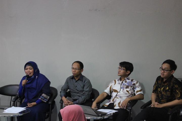 Direktur INDEF Dr. Enny Sri Hartati(kiri) bersama para peneliti INDEF Eko Listianto, Ahmad Heri Firdaus,Bhima Yudhistira dalam diskusi menilai pemerintahan dua tahun Nawacita Jokowi. Foto Andika/Nusantaranews.co