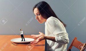 small man go away from plat, big woman looking at him/Foto: Stock