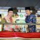 Menag Lukman Hakim Saifuddin Menyerahkan Mushaf Santri kepada Presiden Jokowi saat pembukaan Pospenas ke-7 Tahun 2016. (22/10)./Foto: Dok. Kemenag