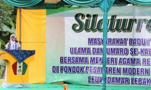 Santriwati Pontren Sultan Hasanuddin yang Asli Baduy saat berpidato dengan Tiga Bahasa/Foto: Dok. Kemenag/danil