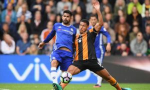 Aksi Diego Costa Berjibaku dengan Pemain Hull City/Foto Emer