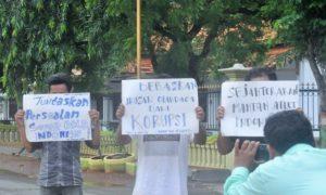 Tiga Pemuda Demo Menpora di Tuban/Foto: Ochim