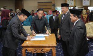 Gubernur Lampung Ridho Ficardo menyerahkan SK Menteri Dalam Negeri. Foto Hendra Nusantaranews