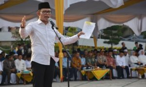 Menaker M. Hanif Dhakiri saat berpidato di acara Apel Akbar Hari Santri Nasional di Riau, Kamis (6/10)/Foto: Dok. Kemnaker