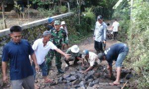 Babinsa Kramat Sukoharjo, Kecamatan Tanggul, Kabupaten Jember gandeng warga setempat melakukan karya bakti/Foto Sis